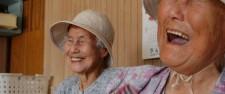 それぞれが坂の天辺と海の近くに暮らす、大正14年と昭和3年生まれの姉妹。お互いが元気で、この朝市で会えることがしあわせ。