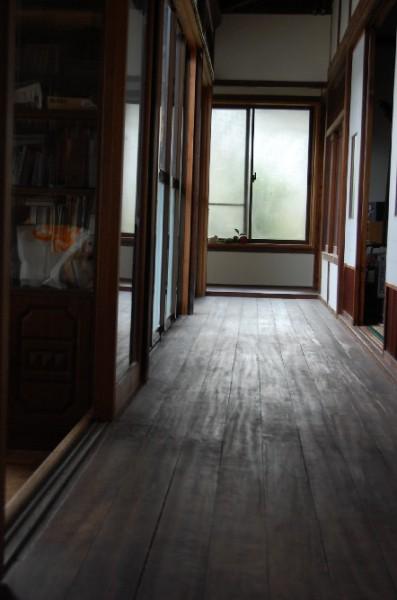 床を張り替え漆喰を塗り・・・。いろいろな人に助けてもらって、ひとつひとつ進めていった。