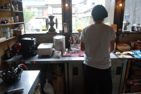 Kitchen313Kamiyuge工房は路地に面している。