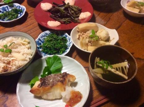 真紀さんが作る夕食。タケノコ、鯛など島の恵みが並ぶ。
