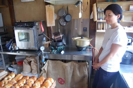 Kitchen313Kamiyuge、焼きあがったベーグルをやさしく見つめる真紀さん。