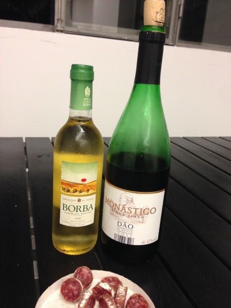 左:自分たちで買った白ワイン 右:セルビア人カップルがくれた赤ワイン