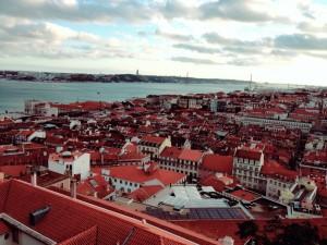 赤レンガの屋根が美しいリスボンの街並み